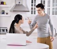 Ongelukkig paar in de keuken stock afbeelding