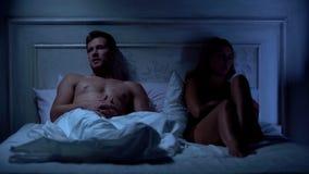 Ongelukkig paar die conflict in bed hebben, relatiesmoeilijkheden, misverstand stock foto's