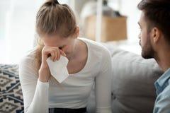 Ongelukkig paar, vrouw met zakdoek die, relatiesprobleem schreeuwen stock afbeelding