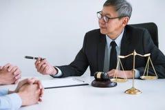 Ongelukkig scheidingspaar conflict hebben, echtgenoot en vrouw die tijdens scheidingsproces met hogere mannelijke advocaat of adv stock foto's