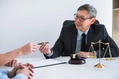 Ongelukkig scheidingspaar conflict hebben, echtgenoot en vrouw die tijdens scheidingsproces met hogere mannelijke advocaat of adv stock fotografie