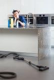 Ongelukkig vrouwen schoonmakend huis stock fotografie