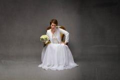 Ongelukkige bruidzitting stock foto's