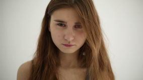Ongelukkige droevige die tiener bij witte achtergrond wordt geïsoleerd stock videobeelden