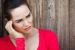 Ongelukkige, droevige, eenzame en gedeprimeerde vrouw Stock Foto