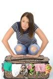 Ongelukkige Gefrustreerde Jonge Vrouw die op over Ingepakte Koffer leunen stock afbeeldingen