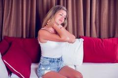 Ongelukkige jonge vrouw die aan pijn in de hals lijden Healtcare a royalty-vrije stock afbeelding
