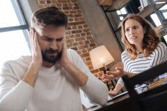Ongelukkige jonge vrouw die gek bij haar vriend zijn stock foto