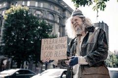 Ongelukkige langharige vuile werkloos en nauwelijks mens die levend zijn blijven royalty-vrije stock afbeeldingen