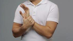 Ongelukkige mens die aan pijn ter beschikking lijden stock footage