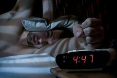 Ongelukkige mens die de wekker breken. stock fotografie