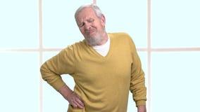 Ongelukkige mens die pijn in lage rug hebben stock videobeelden