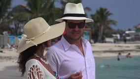 Ongelukkige mens en vrouw op vakantie stock footage