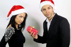 Ongelukkige paren voor een gift bij Kerstmis Stock Foto's