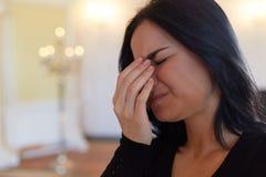 Ongelukkige schreeuwende vrouw bij begrafenis in kerk royalty-vrije stock foto