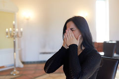 Ongelukkige schreeuwende vrouw bij begrafenis in kerk royalty-vrije stock foto's