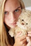Ongelukkige tiener met snoezig stuk speelgoed Stock Foto's
