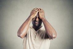 Ongelukkige verstoorde kerel, droevige jonge die mens door fouten wordt gehinderd royalty-vrije stock foto