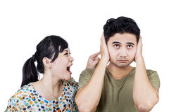 Ongelukkige vrouw die aan haar vriend gillen Stock Afbeeldingen