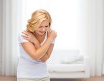 Ongelukkige vrouw die aan pijn of geweld lijden Stock Afbeeldingen