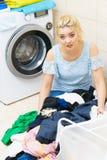 Ongelukkige vrouw die heel wat wasserij hebben royalty-vrije stock fotografie
