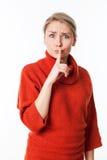 Ongelukkige vrouw die lippen houden voor stille discretie strak stock foto