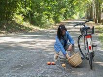 Ongelukkige vrouw met gemorste appelen stock foto