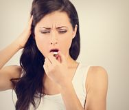 Ongelukkige vrouw met hoofdpijn die de pil eten en de hand houden stock fotografie
