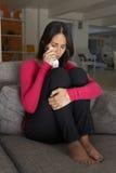 Ongelukkige Vrouwenzitting op Sofa Crying royalty-vrije stock afbeeldingen