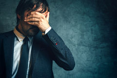 Ongelukkige zakenman onder spanning na bedrijfsprojectmislukking Stock Foto