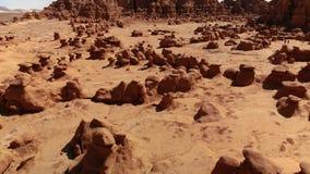 Ongeluksboden in het Park van de Staat van de Koboldvallei, Utah, Verenigde Staten Woestijn Ongeluksboderotsen langs de woestijn  stock video