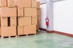 Ongepaste materiële doosplaatsing, omdat dekking de brandtank binnen het pakhuis Conceptenbeeld stock foto's
