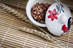 Ongepelde rijst in de kom Stock Fotografie