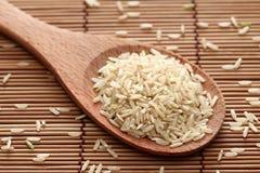 Ongepelde rijst in een houten lepel Royalty-vrije Stock Afbeeldingen