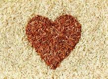 Ongepelde rijst en rode rijst stock foto's