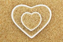 Ongepelde rijst Het heeft een mild nootachtig aroma, is taaier en voedzamer dan witte rijst stock afbeeldingen