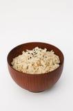 Ongepelde rijst in houten kom stock afbeeldingen