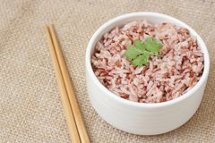 Ongepelde rijst in kom Stock Afbeeldingen