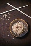 Ongepelde rijst met eetstokjes royalty-vrije stock foto's