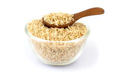 Ongepelde rijst op een witte achtergrond, gezond voedsel Stock Fotografie