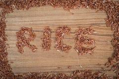 Ongepelde rijst op houten achtergrond Stock Foto