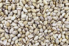 Ongeraffineerde pistaches in shell op marktteller in daglicht royalty-vrije stock afbeelding