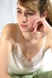 Ongerust gemaakt, het denken, en droevige vrouwenzitting Stock Foto's
