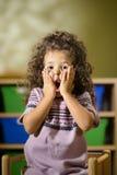 Ongerust gemaakt kind met mond open in kleuterschool royalty-vrije stock afbeeldingen