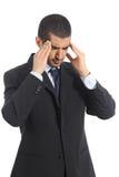 Ongerust gemaakte Arabische zakenman met hoofdpijn Stock Foto's