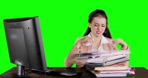 Ongerust gemaakte bedrijfsvrouw die document zoeken stock videobeelden