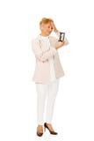 Ongerust gemaakte bejaarde bedrijfsvrouw met palm op haar zandloper van de voorhoofdholding Royalty-vrije Stock Foto