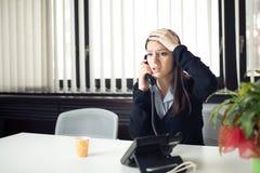Ongerust gemaakte beklemtoonde gedeprimeerde beambte bedrijfsvrouw die het slechte telefoongesprek van de nieuwsnoodsituatie ontv Royalty-vrije Stock Afbeeldingen