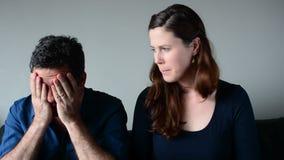 Ongerust gemaakte echtgenoot en vrouwenlijstuitgaven stock footage