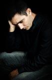 Ongerust gemaakte en gedeprimeerde mens die op zwarte wordt geïsoleerde Stock Afbeeldingen